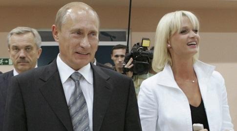 סבטלנה קורקינה לצד ולדימיר פוטין (רויטרס)