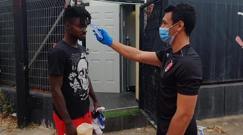 עמנואל בואטנג עובר בדיקת חום (דוברות הפועל תל אביב) (מערכת ONE)