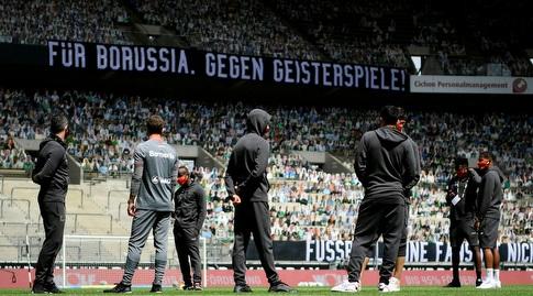 שחקני בורוסיה מנשנגלדבאך צופים בפקלטים של האוהדים (רויטרס)