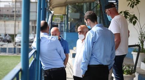 פרופ' איתמר גרוטו במתחם האימונים של מכבי פתח תקווה יחד עם ארז כלפון ואבי לוזון (רדאד ג'בארה)