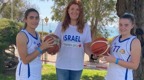 מילה ניקוליץ, שחקנית עבר וכיום מאמנת הכדורסל של בנות אקדמיית וינגייט למצוינות בספורט עם שתי בנותיה, מיה (מימין) ואניה (משמאל), חניכות האקדמיה (מכון וינגייט)