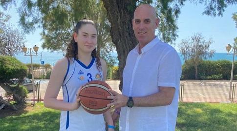 גיל מעיין, מנהל אקדמיית וינגייט למצוינות בספורט ושחקן נבחרת ישראל בכדורעף לשעבר עם בתו, הכדורסלנית יעל מעיין, חניכת אקדמיית וינגייט למצוינות בספורט (מכון וינגייט)