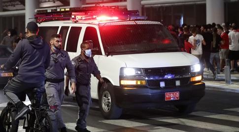"""כוחות המשטרה מנסים לעצור את אוהדי הפועל ת""""א מחוץ לבלומפילד (רדאד ג'בארה)"""
