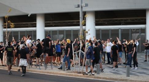 """מאות אוהדי מכבי ת""""א מחוץ לבלומפילד לפני המשחק (רדאד ג'בארה)"""