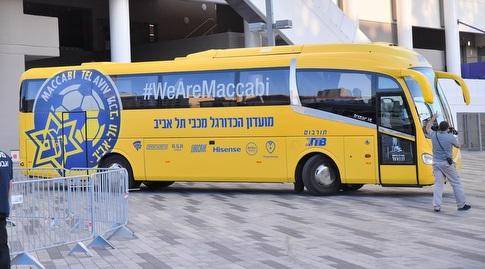 """האוטובוס של מכבי ת""""א מחוץ לבלומפילד (חגי מיכאלי)"""