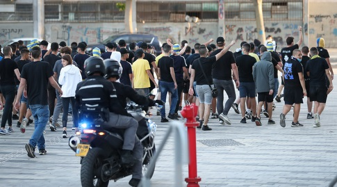 אוהדי מכבי תל אביב בכניסה לבלומפילד (רדאד ג'בארה)