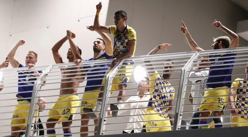 שחקני מכבי ת&qout;א חוגגים עם הקהל בבלומפילד (רדאד ג'בארה)