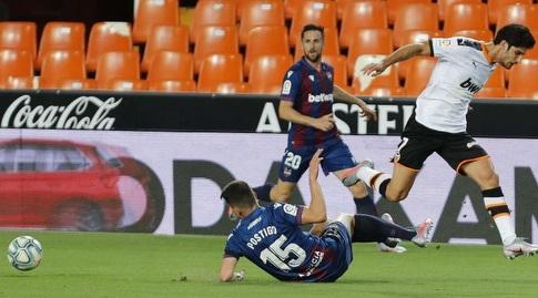 סרחיו פוסטיגו מחלץ את הכדור (La Liga)