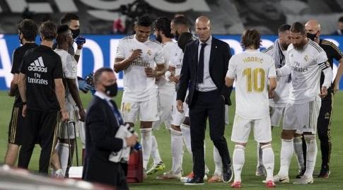זידאן עם שחקני ריאל. קבלן תארים (La Liga)