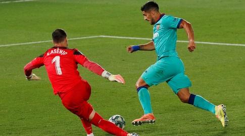 לואיס סוארס מנסה לחלוף על פני סרחיו אסנחו (רויטרס)
