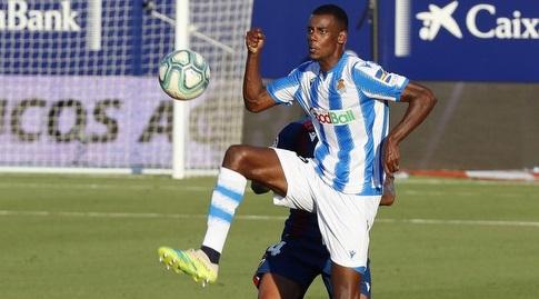 אלכסנדר איסאק מנסה להשתלט על הכדור (La Liga)