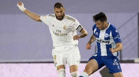 קארים בנזמה מנסה להגיע לכדור (La Liga)