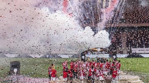 שחקני הפועל באר שבע מניפים את גביע המדינה (נעם מורנו)