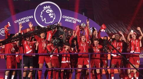 שחקני ליברפול מניפים את גביע האליפות. עלו למקום הרביעי בעולם (רויטרס)