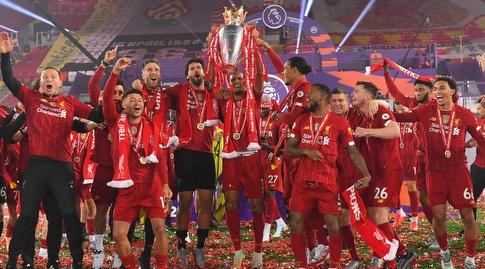 שחקני ליברפול חוגגים עם גביע האליפות (רויטרס)