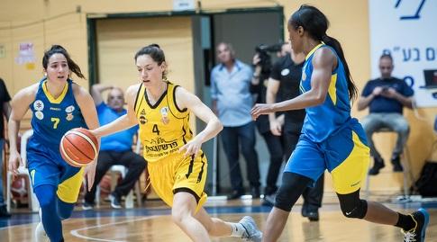 עדן רוטברג עם הכדור (באדיבות מנהלת ליגת העל לנשים בכדורסל)