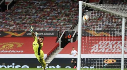 סרחיו רומרו מסתכל על הכדור נכנס לרשת (רויטרס)