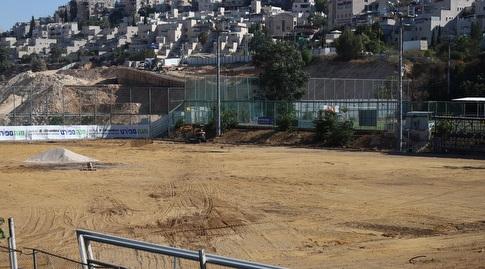בניית המגרש הסינטטי (באדיבות בית״ר ירושלים)