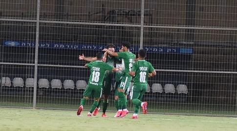 שחקני מכבי חיפה חוגגים עם עופרי ארד. התחילו עם ניצחון (ניסן עייש)