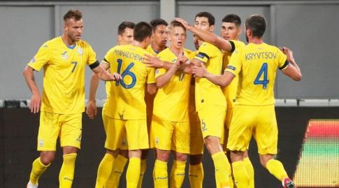 שחקני אוקראינה חוגגים עם אנדריי ירמולנקו (רויטרס)