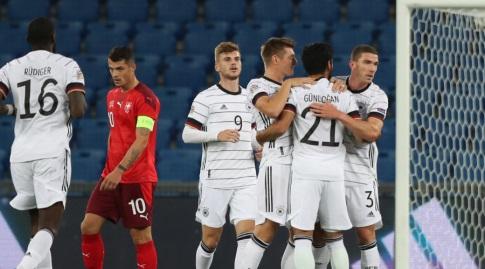 שחקני גרמניה חוגגים עם אילקאי גונדואן (רויטרס)