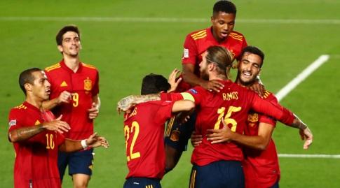 שחקני ספרד חוגגים עם סרחיו ראמוס (רויטרס)