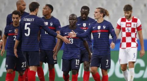 אנטואן גריזמן חוגג עם שחקני נבחרת צרפת (רויטרס)