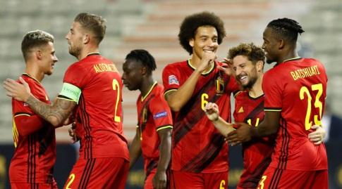 שחקני בלגיה חוגגים עם דריס מרטנס (רויטרס)