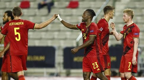 שחקני בלגיה חוגגים עם ג'רמי דוקו (רויטרס)
