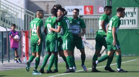שחקני מכבי חיפה חוגגים עם עילאי חג'ג' (חגי מיכאלי)