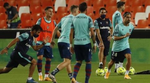 שחקני לבאנטה בחימום (La Liga)