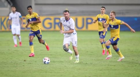ארטם מילבסקי עם הכדור (רדאד ג'בארה)