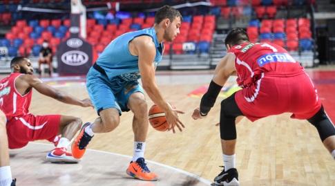 דייוידאס סרווידיס מנסה להגיע לכדור (חגי מיכאלי)