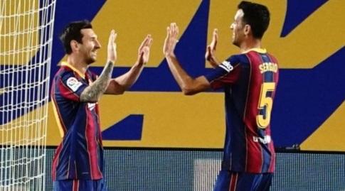 סרחיו בוסקטס חוגג עם ליאו מסי (La Liga)
