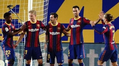 שחקני ברצלונה חוגגים עם ליאו מסי (La Liga)