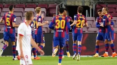 שחקני ברצלונה חוגגים עם קוטיניו. איבוד נקודות ראשון (La Liga)