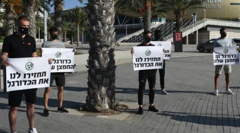 שחקני מכבי חיפה במחאה (עמרי שטיין)