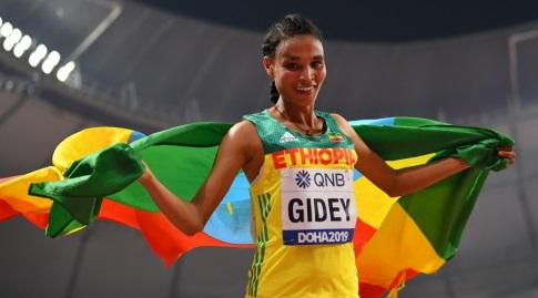 לטסנבט גידיי עם דגל אתיופיה (רויטרס)