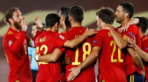 שחקני נבחרת ספרד חוגגים עם מיקל אויארסבאל (רויטרס)