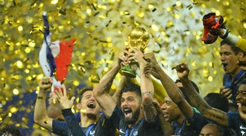 ז'ירו עם גביע העולם. צרפת זכתה ללא בנזמה (רויטרס)