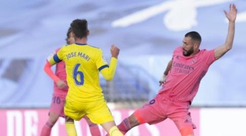 קארים בנזמה מנסה לחלץ (La Liga)