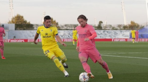 לוקה מודריץ' עם הכדור (La Liga)
