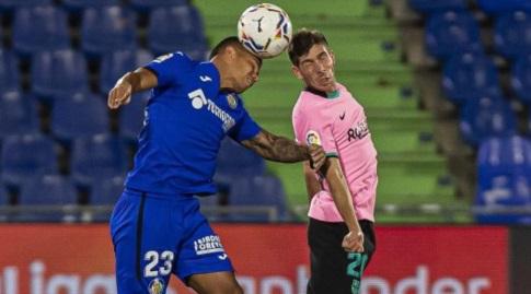 סרג'י רוברטו במאבק אווירי מול קוצ'ו הרננדס (La Liga)