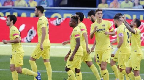 שחקני ויאריאל חוגגים עם פאקו אלקאסר (La Liga)
