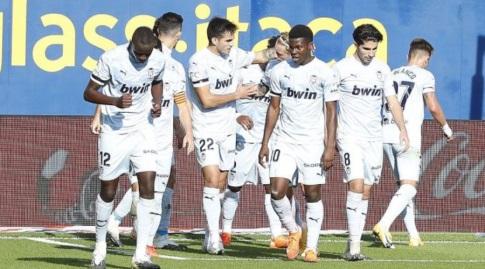 שחקני ולנסיה חוגגים עם גונסאלו גדש (La Liga)