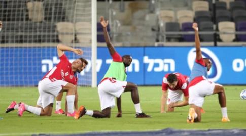 שחקני הפועל תל אביב מתחממים (רדאד ג'בארה)