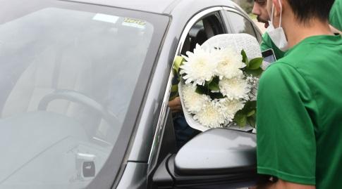 אוהדי מכבי חיפה מביאים פרחים לעומר אצילי (עמרי שטיין)