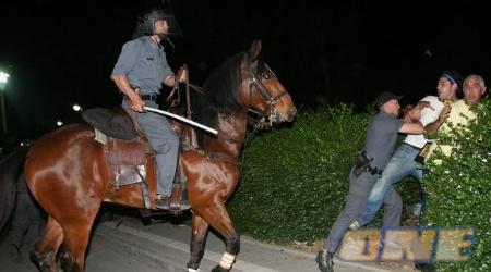 """שוטר על סוס רודף אחרי אוהד בית""""ר (ניר בוקסנבאום)"""