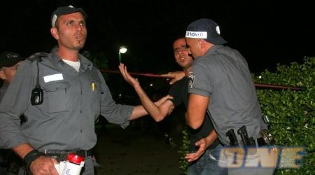 שוטרים עוצרים אוהד (ניר בוקסנבאום)