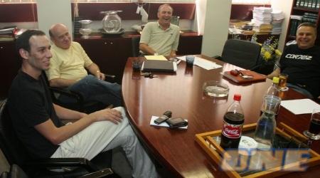 מצב רוח טוב בפגישה הבוקר במשרדים (ניר בוקסנבאום)